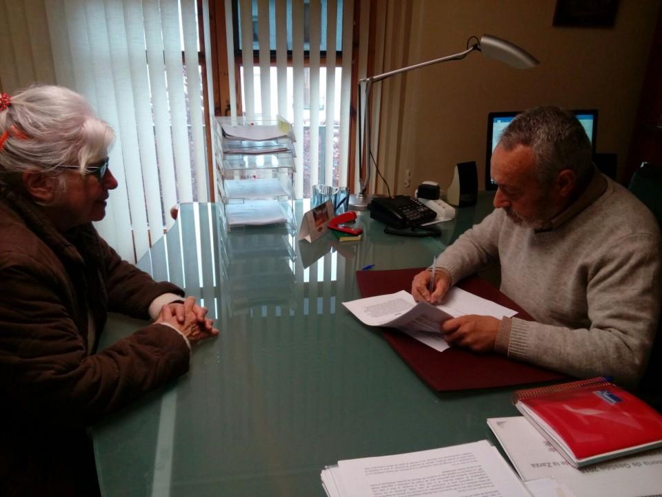 Firma del convenio entre la As. Cultural Onda Plana Santa Cruz y el Ayuntamiento de Santa Cruz de la Zarza